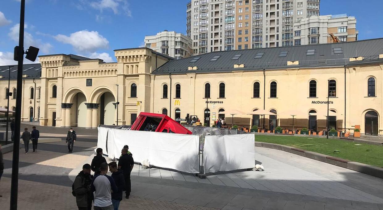 День після відкриття. На Арсенальній площі у фонтан провалилася вантажівка